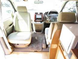 運転席と助手席は回転シートとなっております!
