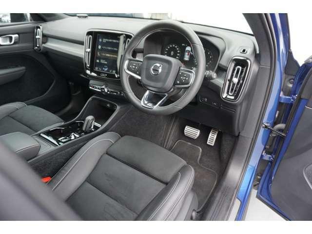 運転席、助手席はパワーシートとシートヒーターを完備。人間工学に基づいたシート形状は、運転の疲れを軽減してくれます。