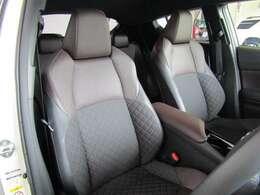 シックな色使いの運転席周りです。すっきりとしたデザインで、上品な色使いです。長時間のドライブにも決してストレスを感じないでしょう。