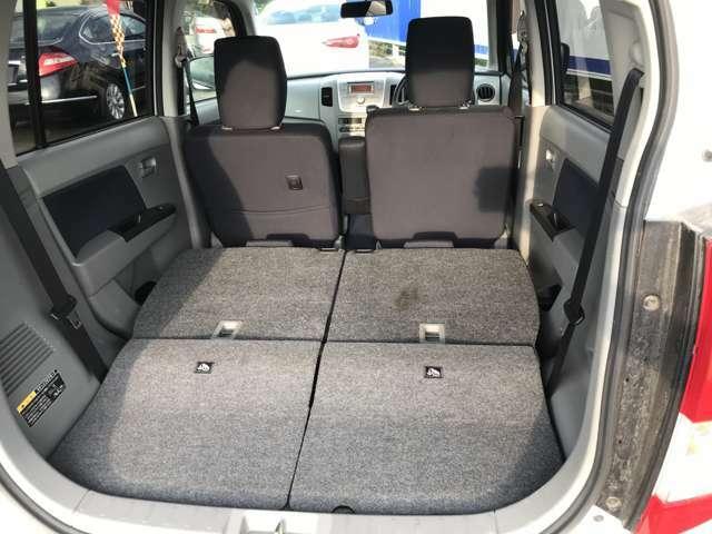 後部座席を倒すともっと広いスペースに変わります!大きい荷物や長さのある荷物もラクラクにお積み頂けます!分割式シートなので、用途に合わせてシートアレンジをしてお使いください!