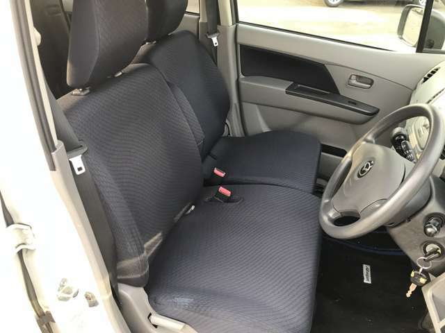 座りやすいシンプルなシートです!ベンチシートなので、運転席から助手席にも移動できるので、狭い駐車場などでも便利ですよ!