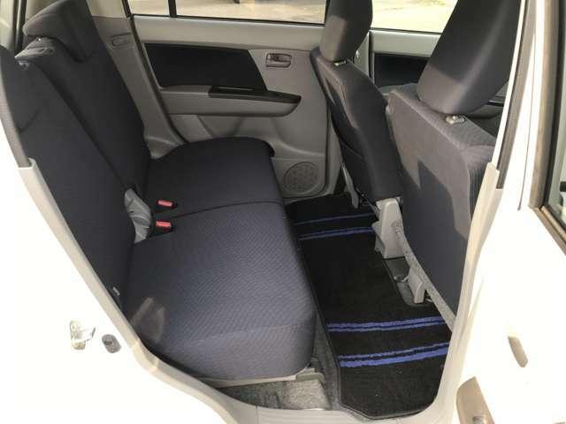 後部座席も広さが十分確保されています!足元は前席の下に入るので、大人2人が乗っても窮屈さを感じないです!