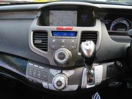 純正HDDナビ♪純正のインターナビですので使いやすさも収まり感も◎♪HDDですので音楽の録音もOK♪エアコンもフルオートで快適な車内です♪