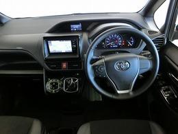 シンプルな色使いの運転席周りですね。すっきりとしたデザインで上品な色使いです。居心地のよい運転席で長く座っていられるリラックスできるデザインがいいですね。