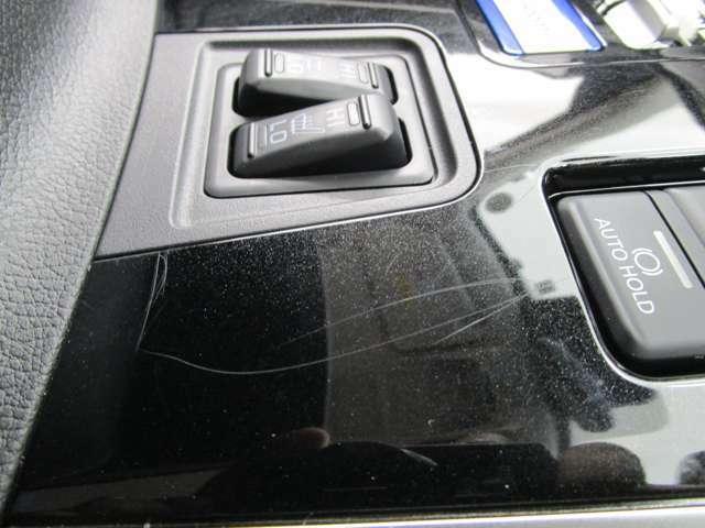 【内装キズ】運転席と助手席の間のパネルに小キズがございます。