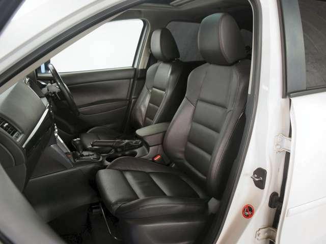 程よいクッションで座り心地の良いフロントシート。シートヒーター付で、寒い時期も快適にお乗り頂けます★