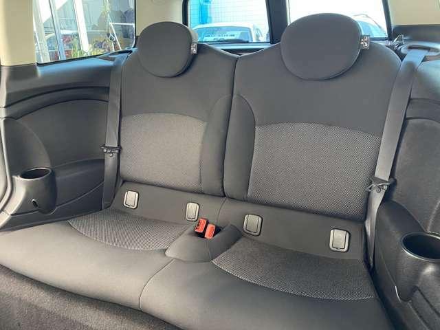 MINIならではのホールド力の高いシートを使用しております。後席には、チャイルドシートも取付可能です。