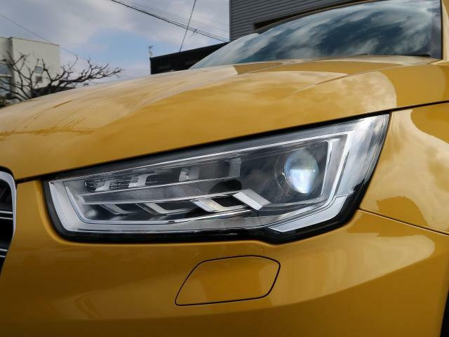 【バイキセノンヘッドライト】高光量を誇り、道路をむらなく、より幅広い範囲で照らすバイキセノンヘッドライト。均一に光るLEDポジショニングライトも搭載し、エネルギー消費を大幅にカットします。