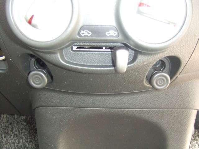 左右に2つある丸いフック。通常のコンビニフックとは一味違います。フックは簡単に取り外せるので、リヤドア内側のフックホルダーにつけて使うこともできます。コンビニ袋などを掛けられる便利装備です。