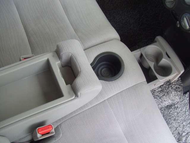 スライド格納式のカップホルダーがフロントベンチシート中央下にあります。使わない時は格納できるので邪魔にもならず、見た目もスッキリ快適です。もちろん後部座席にも装備しています。
