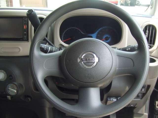 運転席は高さの調整ができます。高い位置にあわせておけば、小柄な方でもクッションなどを敷かなくても前が見やすくなりますので、より安心して安全運転していただけます。