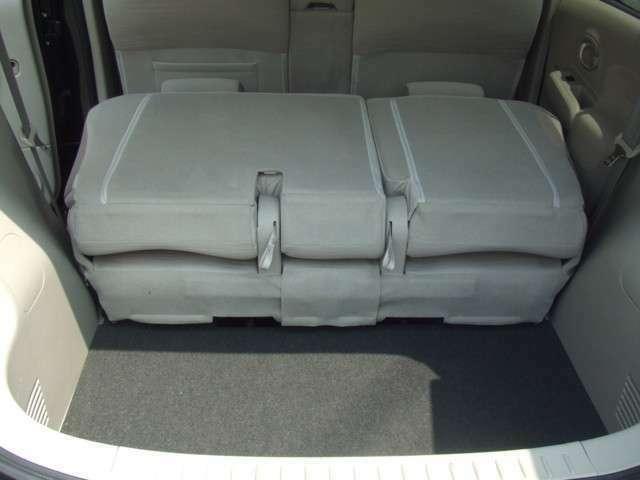 トランクスペースも広く、後部座席を倒せばさらに広く、大きな荷物も長さのある荷物もしっかり積めます。