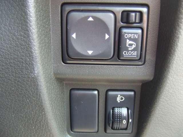 電動格納ミラーです。運転席に座ったままでミラー位置の調整、ミラー格納ができます。ヘッドライトレベライザー装備。乗車状況などに応じてダイアルを回せばヘッドライトの照射位置を手動で調整することができます。