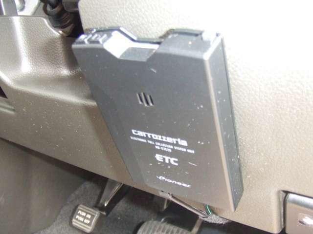 ETC車載器にカードを挿入しておけばETCレーンを通過すると、有料道路の料金所をノンストップで料金所をスムーズに通行できます。さらにお得な高速道路料金のETC割引も受けることができて便利でお得です。