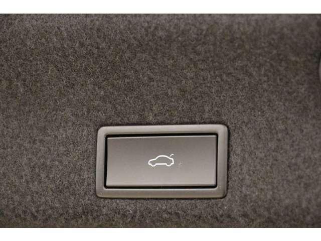 トランクはボタン式で楽に開け閉めをすることができます。