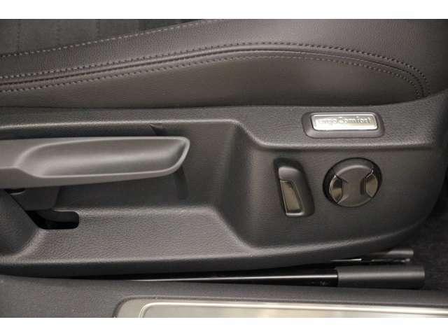 運転席にはパワーシートとランバーサポートを装備。ドライバーの負担を減らし快適なドライブを実現します。