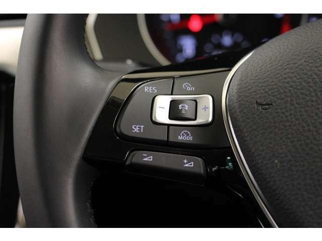 追従機能付クルーズコントロールは、ステアリングホイールを握る左手のワンアクションで設定可能。車線維持支援機能も簡単に起動できます。