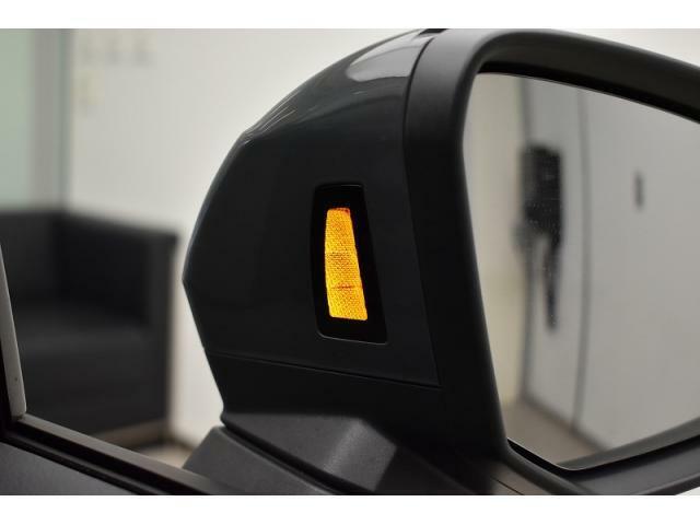 アウディサイドアシスト『後方の死角を並走する車両を検知しドアミラーの内側のLEDが点灯。ドライバーに注意を促し事故を未然に防ぐシステムです』