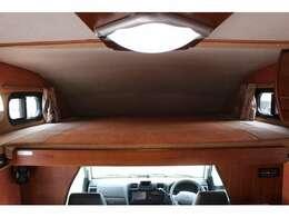 室内空間を最大限に広く感じさせてくれるのはスムーズなスライド式バンクベッドだからです。 収納時は運転席からの移動も容易です。