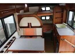 サードシートには3点式シートベルト、窓際にはペットボトルカップホルダーが標準で装備されています。