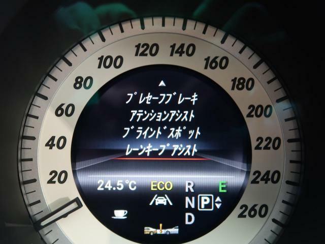 ●アクティブブレーキアシスト:衝突の危険性を感知すると、ディスプレイ表示や音でドライバーに警、また、ブレーキが作動します。