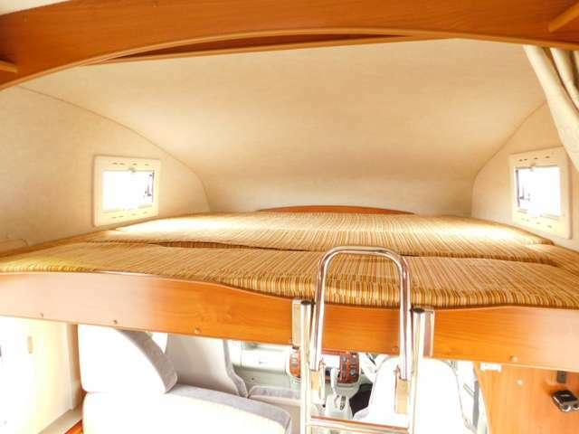 バンクベッド展開時サイズ 長さ185cm×185cm 昇降ラダー付き