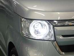 暗い夜道を明るく照らすLEDヘッドライトを装備しています。夜のドライブも安心ですね!