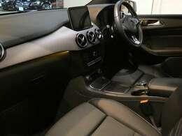 ブラックを基調とした車内にセイルデザインインテリアトリムを組み合わせる事でスタイリッシュな印象を与えるインテリアデザインとなっております!メルセデス特有の上質な空間でお過ごし頂けます!