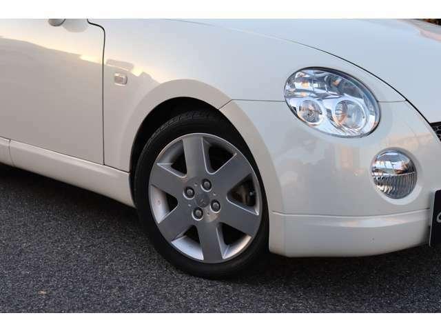 純正アルミ&タイヤです。純正で地上高はなんと105mmしかなく、これはもう一般公道を走るにはほぼ限界の数値です。