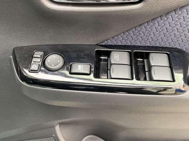 もちろん全席パワーウィンドウです!運転席から窓の操作ができます☆