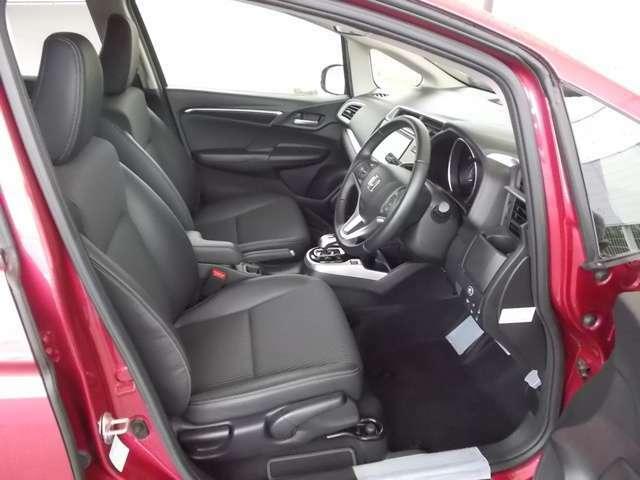 シートはフィット性も良く、楽な運転姿勢を保てます。