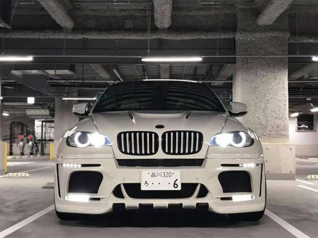 エンジン性能と同じくらい目を見張るのが、X6 M特有の「走り」です。見た目とは裏腹に、快適な乗り心地を示します。
