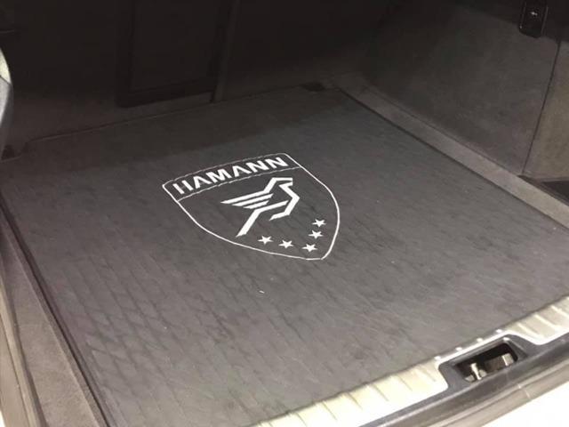 美しいクロスステッチが施されたHAMANNラゲージマット(25万円)には、ブランドロゴの刺繍が燦然と輝いています。