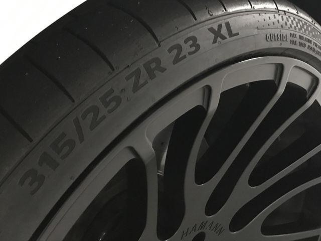 足元は勿論、UNIQUE FORGEDの23インチ(180万円)を装着。タイヤは、コンチネンタル SportContact 6(315/25ZR23)を装着です。