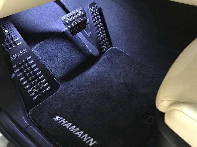 各種ペダル、フロアマット、エントランスイルミ(LEDスカッププレート)も全てHAMANNで武装されています。