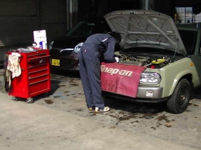 日々腕を磨いているメカニックの皆さんがお客様のお車をしっかりと丁寧に整備してくれます!