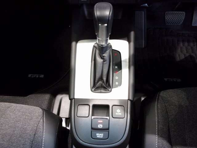 電子サイドブレーキは手元のスイッチ操作でパーキングブレーキをオン/オフ。ブレーキホールドは渋滞時にブレーキペダルから足を離しても停止状態を保持してくれます。