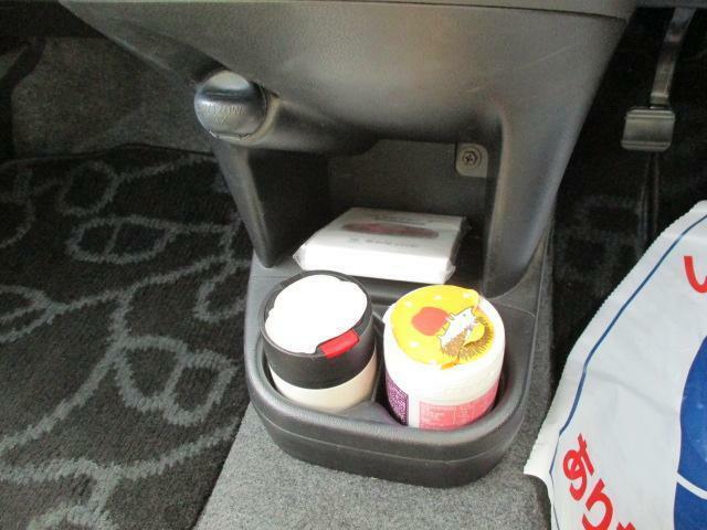 エアコンの下に収納スペースを設けました。財布や携帯などちょっとした小物を置くのに便利ですよ。