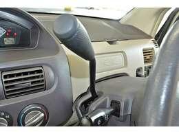 操作カンタンのコラムシフトレバー!足元スッキリでヒロビロ運転席!初心者の方でも安心です