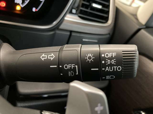 【オートライト】車外の暗さを察知して、自動的にヘッドライトを点灯してくれます♪トンネルを走行する際にも、自動的に点灯してくれて便利な装備の1つです♪