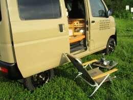 オプションKITのキャンプキッチンキャビネット使用の車内イメージ画像!シンプルだから出来る広々空間!遊カ~ズのシンプルキャンパーなら☆寝る!食べる!お二人で余裕の使用が可能です。
