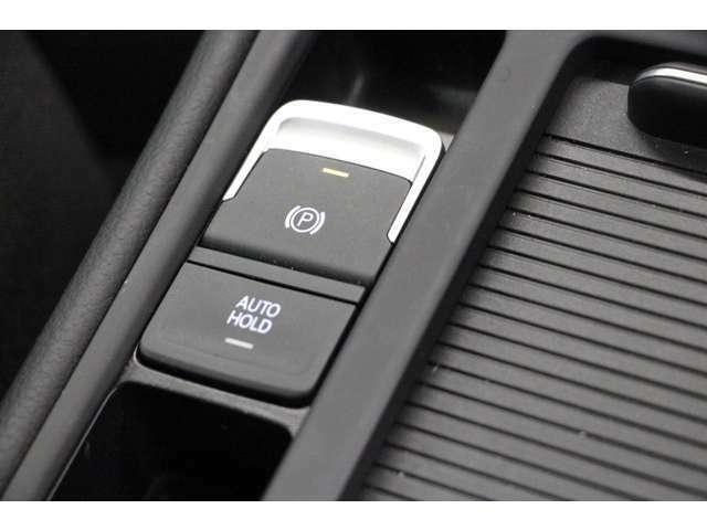 パーキングブレーキは機械式です。 オートホールド機能は、信号待ちなどでの停車中にブレーキペダルから足を離しても、ブレーキが継続作動します。運転中の疲労軽減にも効果があります。