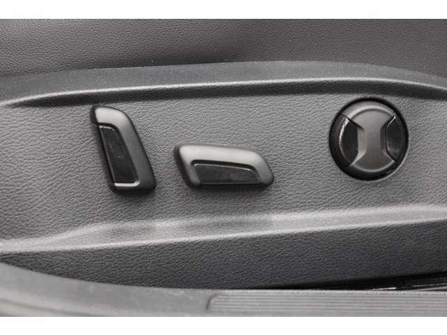 運転席シートは、電動ランバーサポート機能付きパワーシートを装備しています。