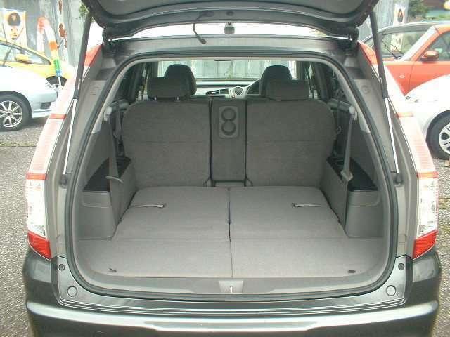 サードシートを倒せば広い荷室になります!!