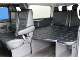 後席シートも黒革調シートカバーが装着されており、車内が落ち着いた印象となっております!!