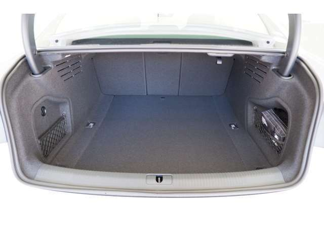 奥行きがしっかりとあり、長さのある荷物も安心して積み込むことができます。トランク容量は480Lです。
