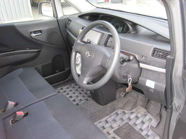 最近のインパネはかっこいいだけでなく、安心・安全に作られています。まずは、お座り下さい。運転している感覚がつかめると思います♪