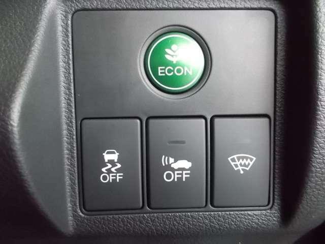 【eコンスイッチ】低燃費運転をサポートするECONモード。スイッチをONすると、エンジンやトランスミッション、A/Cなどを協調制御し、燃費の向上に貢献。エコドライブの効果を高めます。