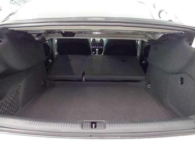 後部座席は分割で倒せるので荷物に合わせた必要なスペースを作れます!