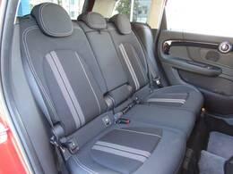 リアシートです。使用感も感じられません!!MINIならではのホールド力の高いシートを使用しております。後席には、チャイルドシートも取付可能です。